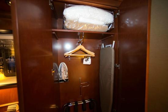 Hampton Inn Columbus/Delaware: Closet