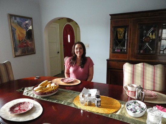 Cinema Suites Bed & Breakfast: Dining Area with Anne and Penny