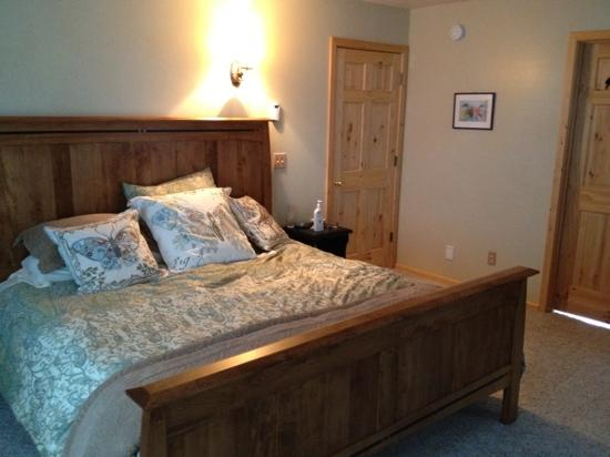 Cozy Cove Inn: beautiful king bed