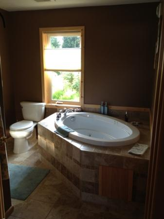 Cozy Cove Inn Bed and Breakfast: whirlpool soaking tub