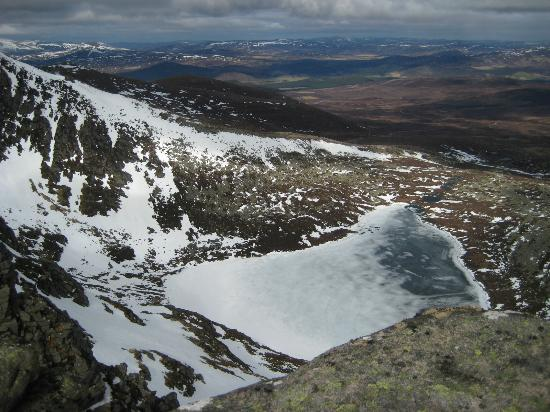 Ballater, UK: Looking down at the frozen Loch