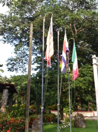 Hotel La Flor de Itabo: flags at hotel entrance