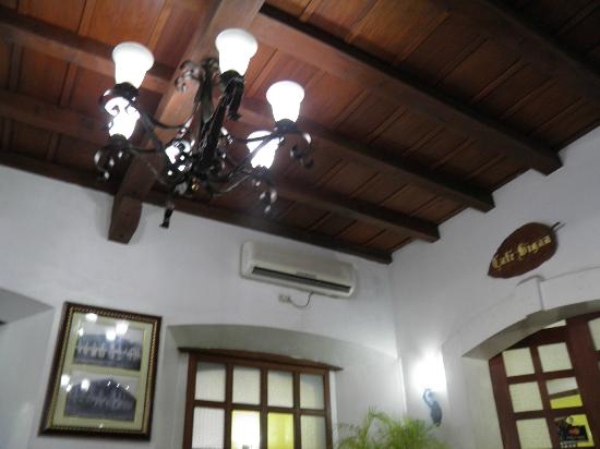 Vigan Plaza Hotel: lighting from the lobby