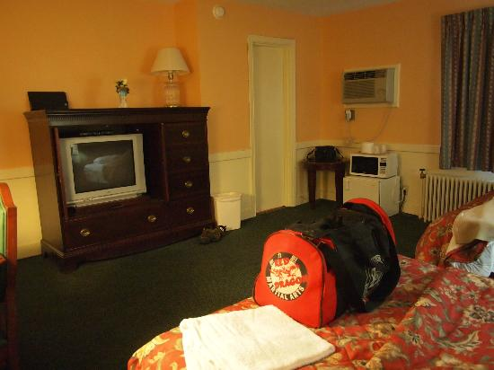 Royal Inn Motel: View of room from bed