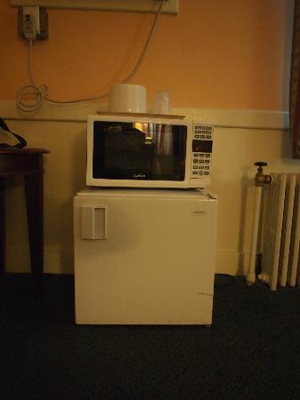 Royal Inn Motel: Microwave and fridge