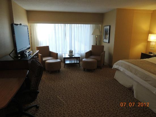 Toronto Marriott Bloor Yorkville Hotel: Spacious room area to relax