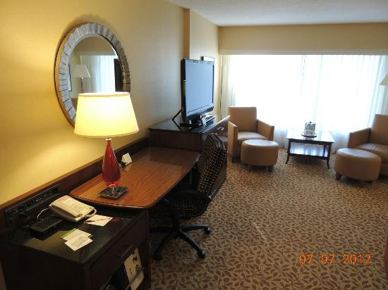 Toronto Marriott Bloor Yorkville Hotel: Spacious work area and nice TV
