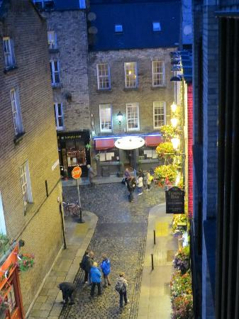 Barnacles Hostel Temple Bar: Looking out 3rd floor window