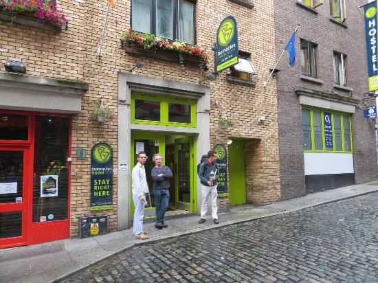 Barnacles Hostel Temple Bar: Front entrance