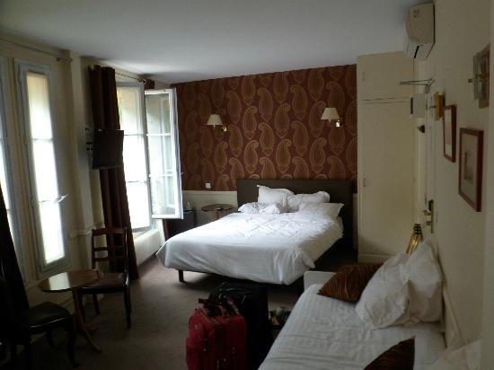 Hotel Motte Picquet: Room with tasteful but hardly