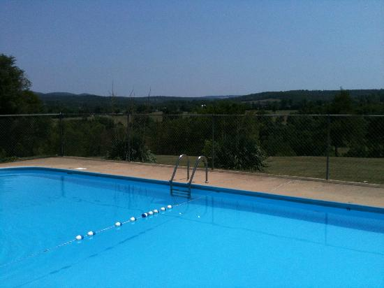 Carlton-Marion Inn: The pool and the incredible view of the Ozarks countryside