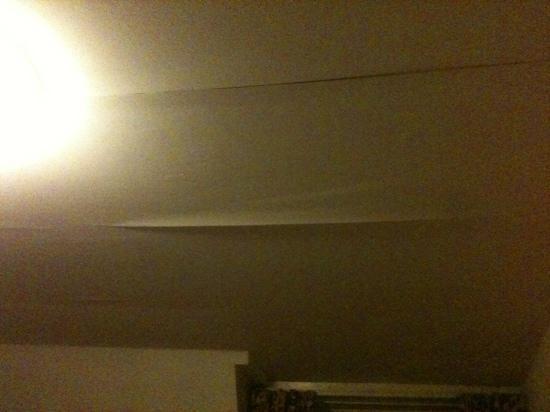 The Tree Hotel at Iffley: Peeling wallpaper in room 8.