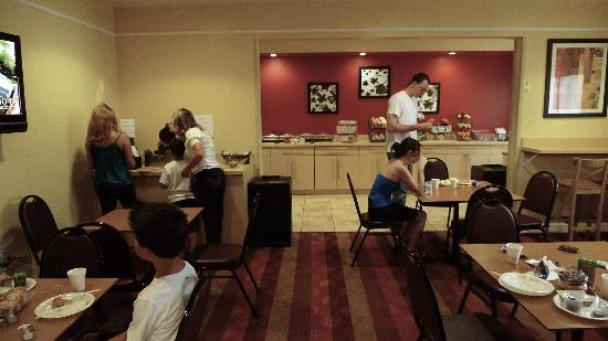 TownePlace Suites Fredericksburg: Breakfast dining area is attractive and well-kept