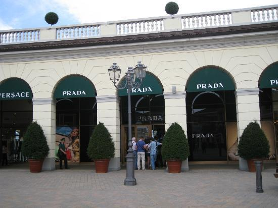 Serravalle Scrivia, Ιταλία: The Prada outlet - there is a line to get in