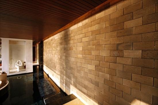 Paresa Resort Phuket : 석양이지는 풀장벽면모습.