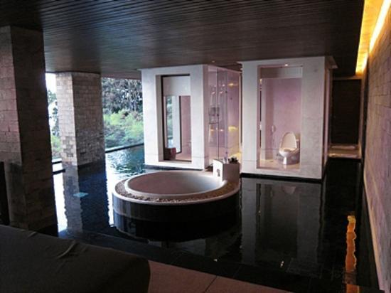 Paresa Resort Phuket: 욕실 좌,우로풀장으로 연결되있음.