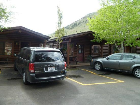 Elk Country Inn: Close to the neighbours!