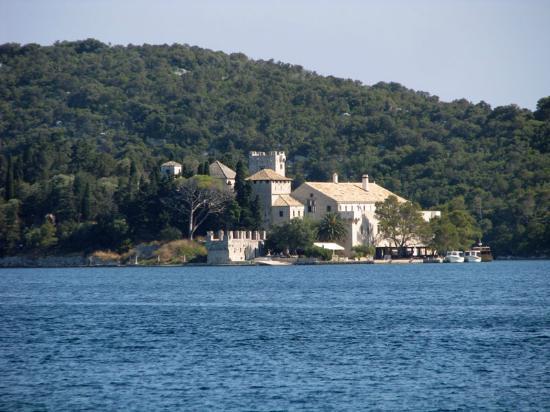 Mljet: 湖上のマリア修道院