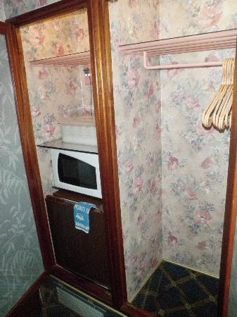 Continental Palacete: Room 133 closet/frig/microwave