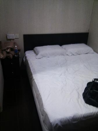Amrise Hotel: no top sheet on the bed, it was comfy otherwise though