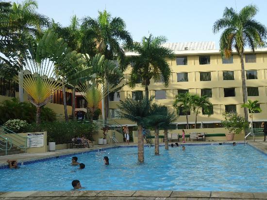 Mayaguez Resort & Casino: La piscina de arriba, cerca de los cuartos