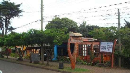Kaimana Inn Hotel & Restaurant: Vista del local desde la calle