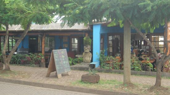 Kaimana Inn Hotel & Restaurant: Otra vista desde la calle