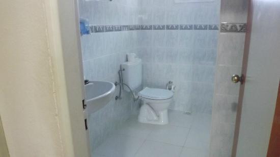 Bellacasa Suites & Club : our very clean bathroom