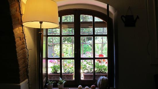 A Casa di Olivo: A beautiful window area of the house with a view of the garden and lovely flowers outside!