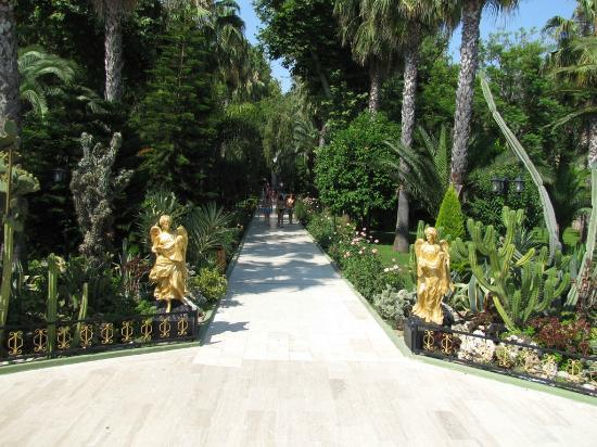 Botanik Hotel & Resort: Golden statues in Botanik's garden