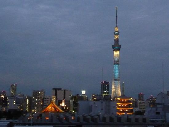 Hotel Keihan Asakusa: 部屋からの東京スカイツリー&浅草寺