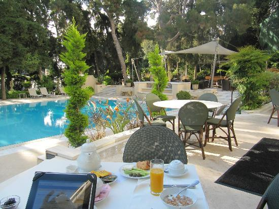 Rodos Park Suites & Spa: Breakfast by the pool 