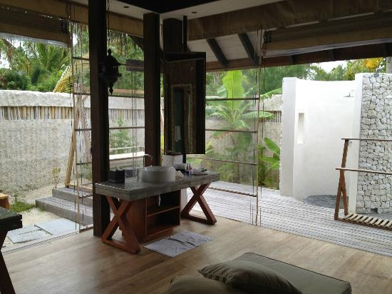 Outdoor Bathroom For Pool. Jumeirah Vittaveli Outdoor Bathroomshower Right Next To The Villa Pool