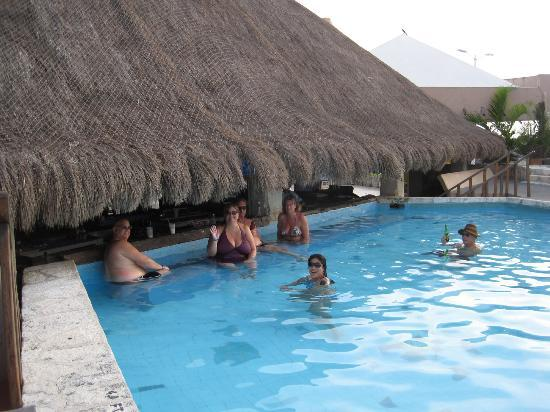 ‪‪Casa del Mar Cozumel Hotel & Dive Resort‬: swim up bar