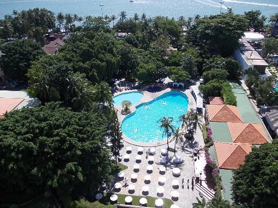 Montien Hotel Pattaya: 部屋からの眺め(プール&パタヤビーチ)
