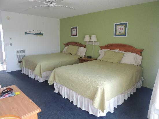 Royal Anchor Resort: room with two full beds
