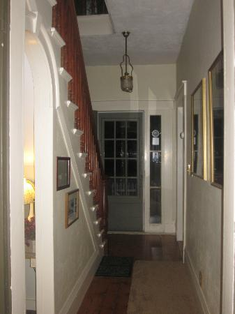 Thistledown Inn B&B: Little hallway leading to the staircase ( we were downstairs for our night stay however)
