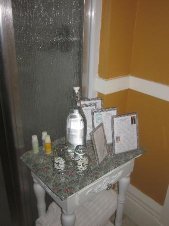 Thistledown Inn B&B: Set up outside of ensuite shower