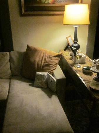 Thistledown Inn B&B: Ahhhhh...I love this couch....the wine, the music playing...heaven!