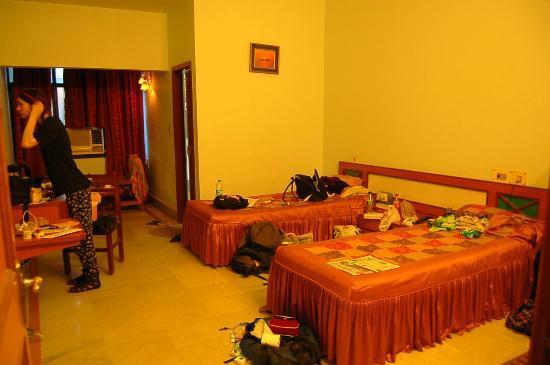 Hotel Surabhi International: large bedroom