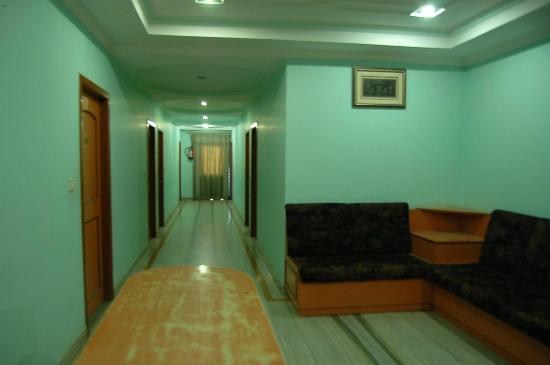 Hotel Surabhi International: dingy lighting in hallway
