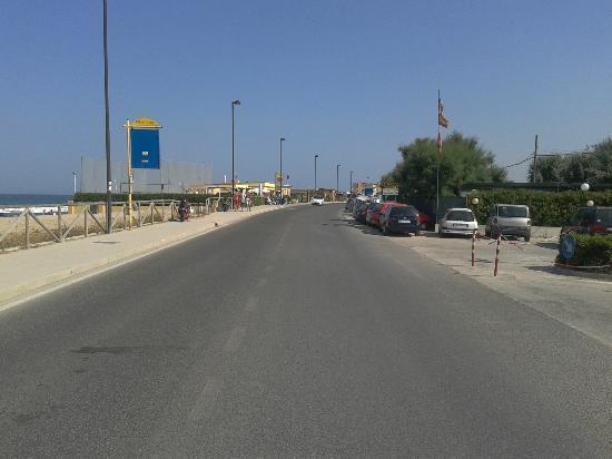 Camping La Medusa : La statale da attraversare per andare in spiaggia sulla sinistra si intravedono i locali notturn
