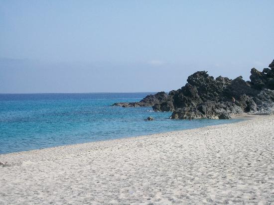 Villaggio Club Il Geranio: Spiaggia con una fantastica scogliera!!!