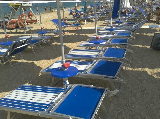 Camping La Medusa : La spiaggia piccola e stretta tutta di ghiaia