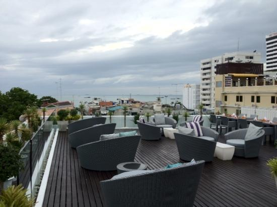 Hotel Baraquda Pattaya - MGallery by Sofitel: Rooftop Bar