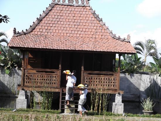 KajaNe Yangloni: Vila, staff levando pequeno-almoço
