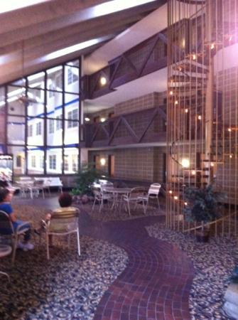 Best Western Plus Longbranch Hotel & Convention Center: staircase in the inside park are