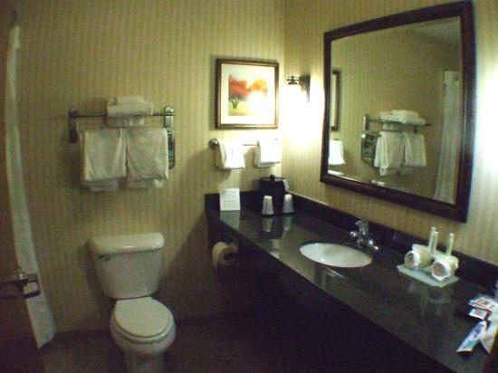 Holiday Inn Express Rawlins: 2. Bathroom