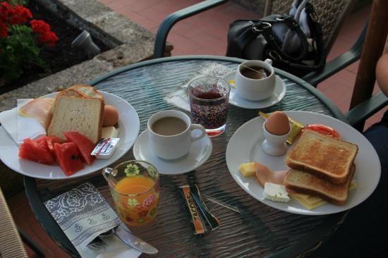Timoleon Hotel: Breakfast in July 2012