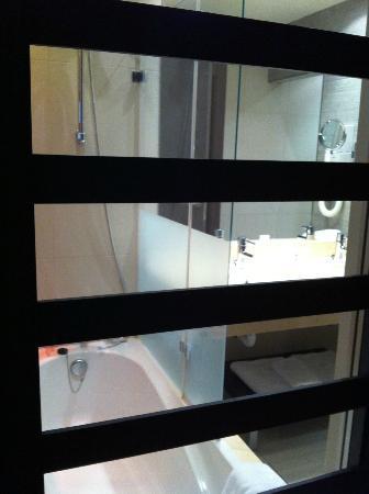 Be Live City Center Talavera: El baño desde la habitación